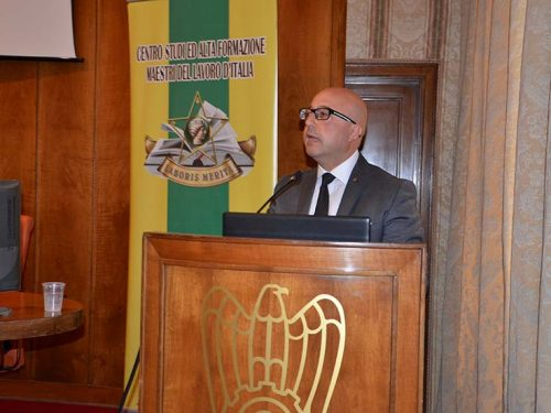 Il sottosegretario alla Cultura Antimo Cesaro consegna attestati agli studenti del corso ASL